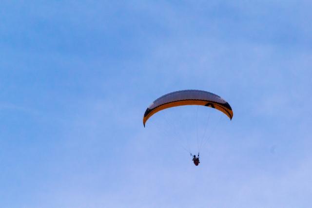 空を舞うパラグライダー
